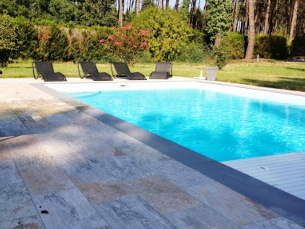 carrelage bord piscine engaging margelle piscine travertin id es rideaux new at margelle. Black Bedroom Furniture Sets. Home Design Ideas