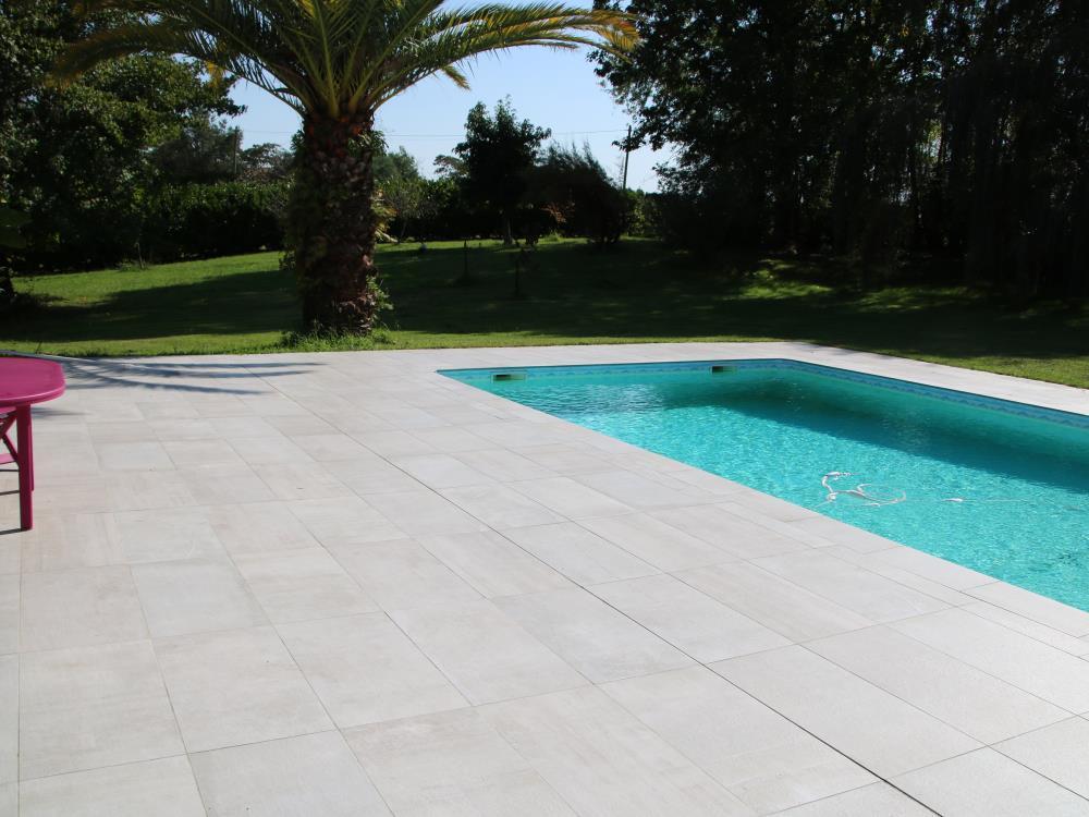 carrelage bord de piscine conclusion une piscine ralise avec un carrelage de qualit pas cher. Black Bedroom Furniture Sets. Home Design Ideas